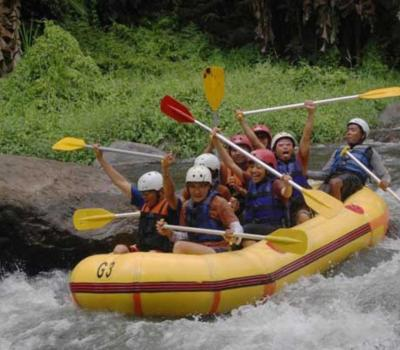 escalade du mont batur combinant rafting exotique, vegetation luxuriante