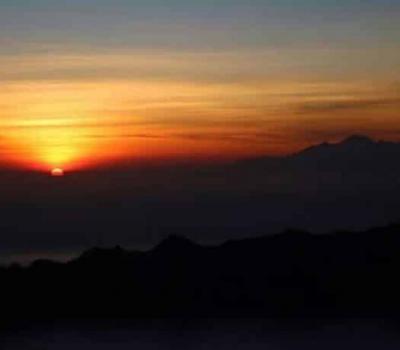 heureux de l'ascension du  mont Batur et les beaux paysages