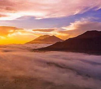 la beauté du lever de soleil panoramique depuis le sommet du mont Batur,faites la randonnée,bali