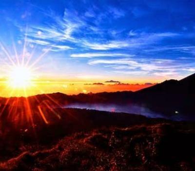 heureux de randonnée sur  le mont Batur et les beaux paysages.
