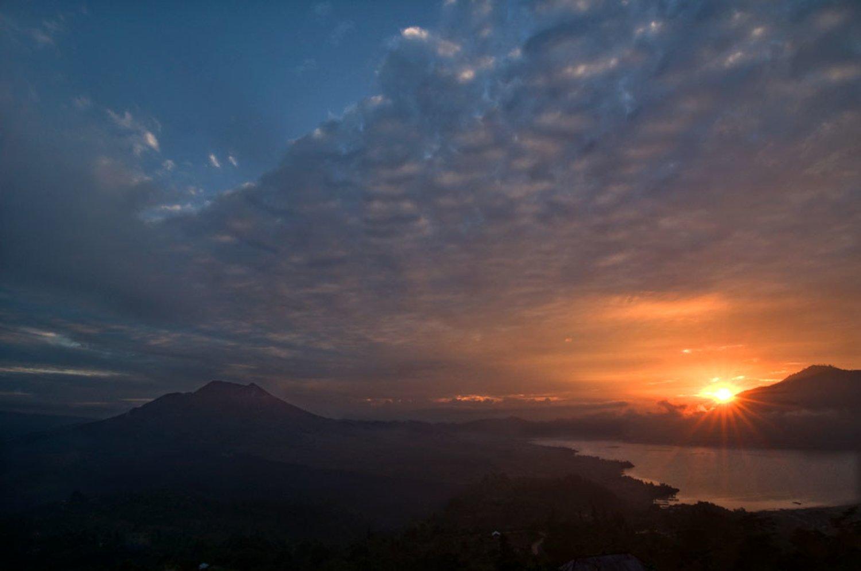 voyage a bali pour admirez la panoramique entre lever de soleil et lac batur