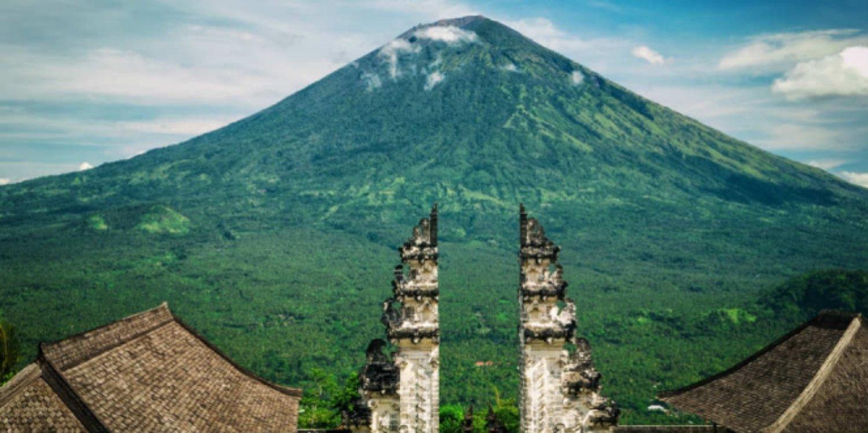 voyage à bali , n'oubliez pas de faire des activités escalader le mont agung-balilabelle