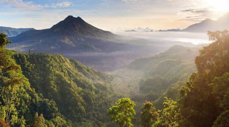 randonnée sur  le mont Batur impressionnant avec le soleil levant