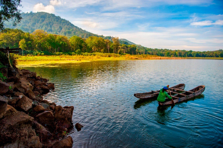 voyage à bali la beauté du village de jatiluwih avec vue sur les rizières et canoer au lac tamblinga