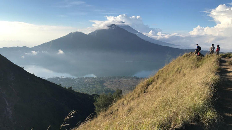 voyage à bali heureux de gravir le mont Batur et les beaux paysages