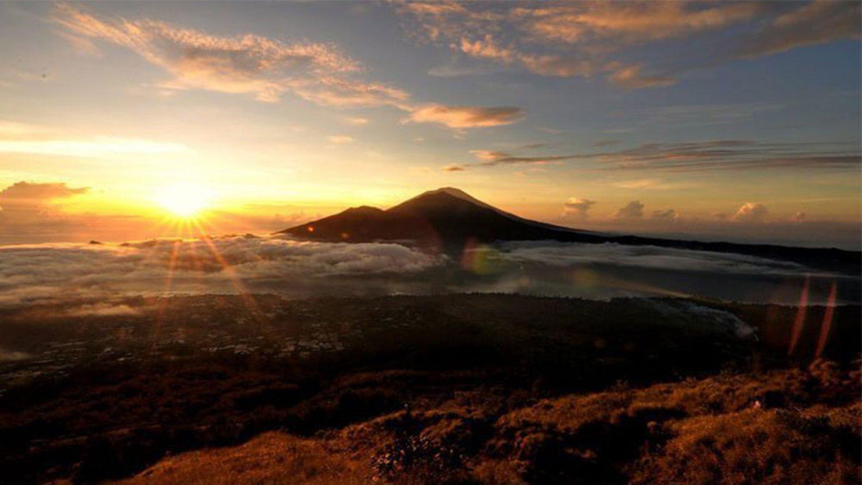 voir la beauté du lever du soleil depuis le sommet du mont Batur, faire de la randonnée