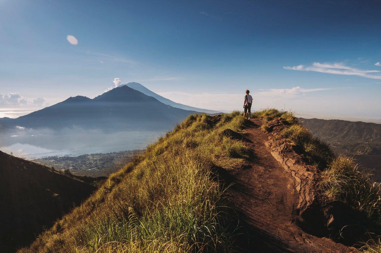 le magnifique lever de soleil du mont Batur après une randonnée
