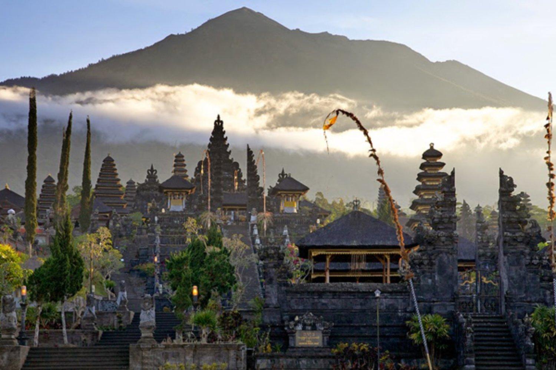 escalade du mont batut avec le temple de besakih@2021