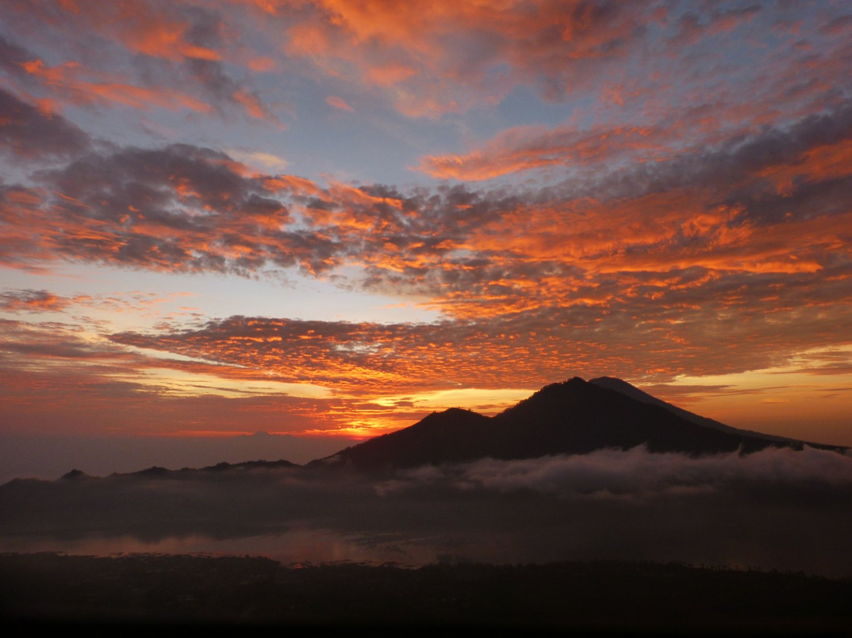 ascension du mont Batur est très magnifique par la beauté du lever du soleil