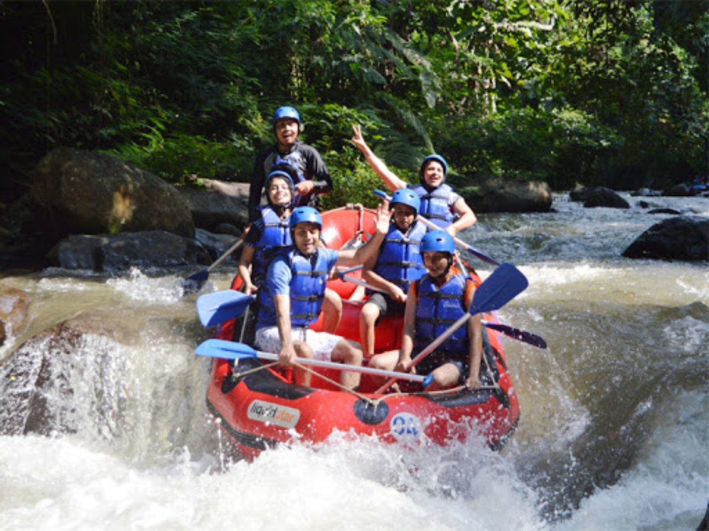 Explorer et expérimenter la randonnée en montagne avec une combinaison de rafting avec balilabelle