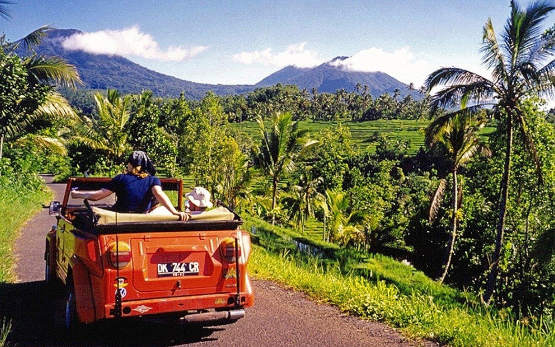 escalade du mont batur en safari voiture classique, le soleil se leve avec un guide francophone bali