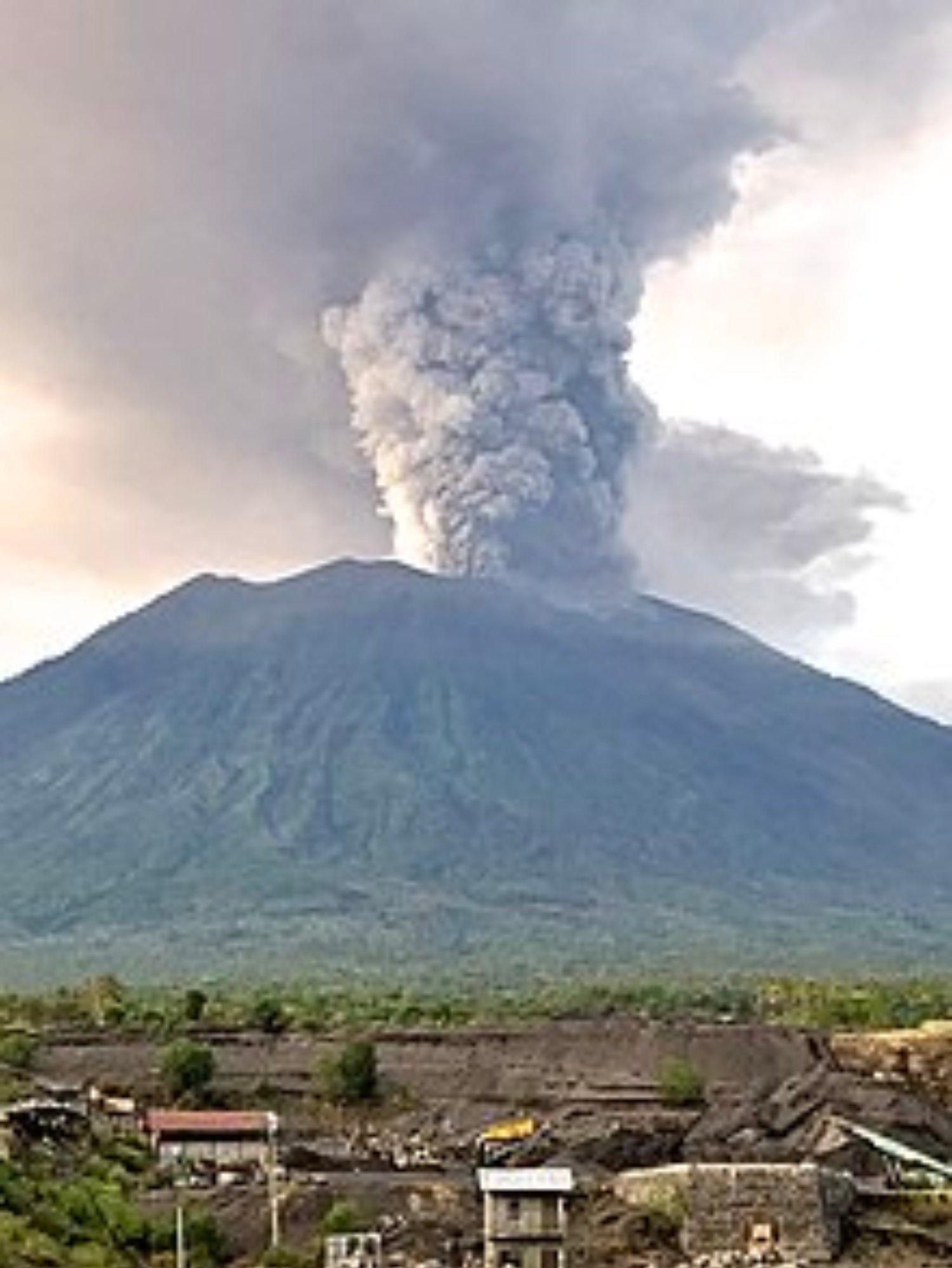220px Mount_Agung,_November_2017_eruption_ _27_Nov_2017_02